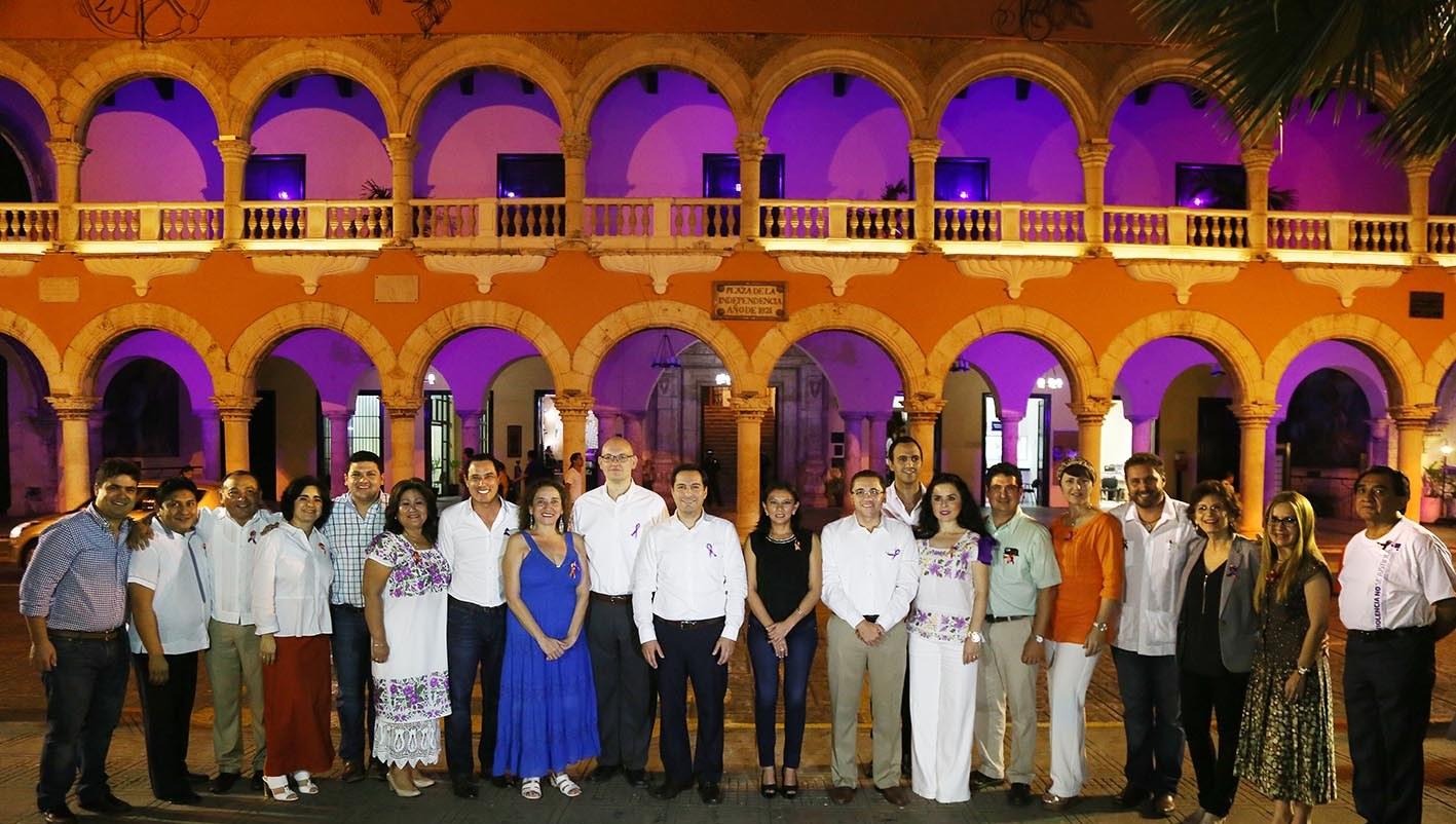 Iluminan edificios de Mérida contra violencia de género