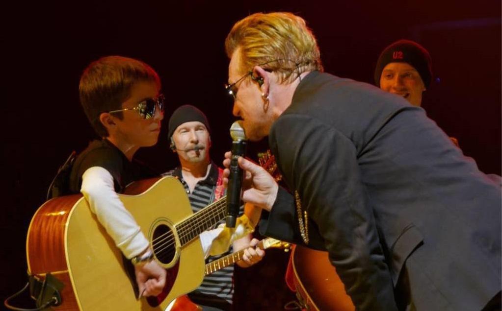 Niños mexicanos acompañan a U2