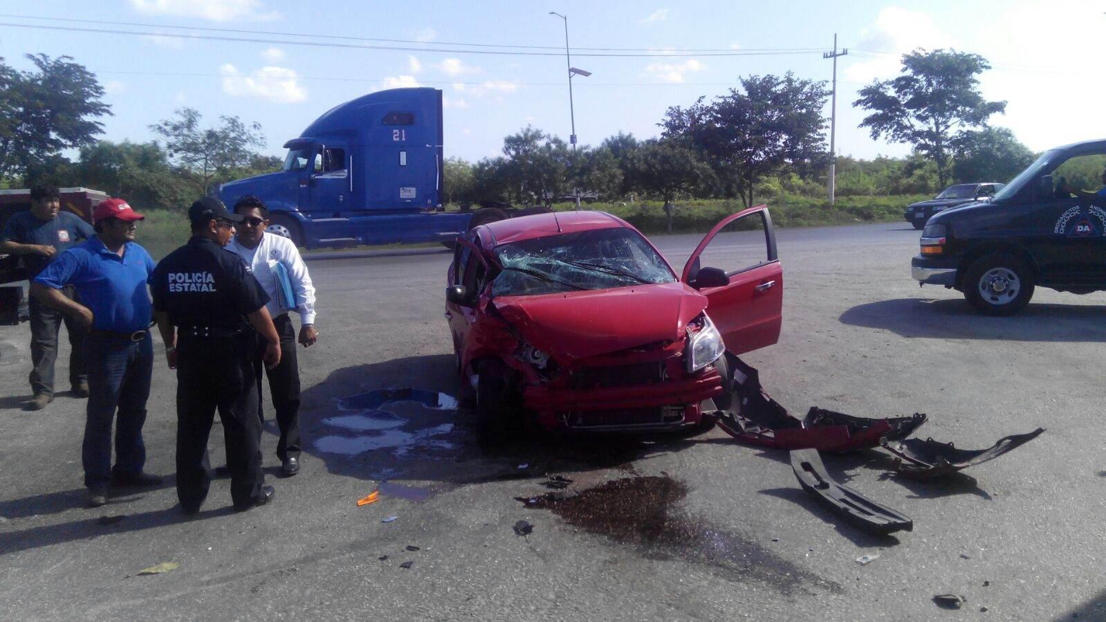 Conductor de tráiler provoca choque en periférico de Mérida