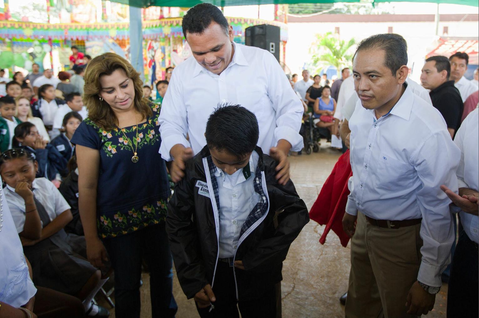 Comienza entrega de chamarras en escuelas yucatecas
