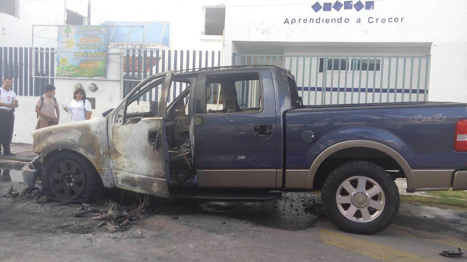 Incendio acaba con camioneta en Francisco de Montejo