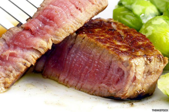 ¿Cuán seguro es comer carne poco cocida?