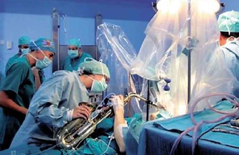 Le extirpan tumor mientras toca el saxofón
