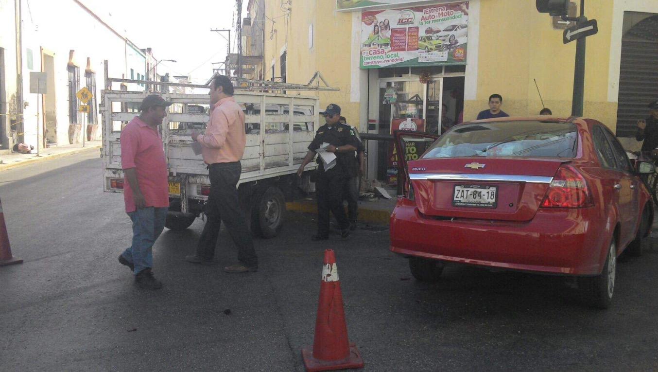 Colisionan estaquitas y Aveo por supuesta falla de semáforo