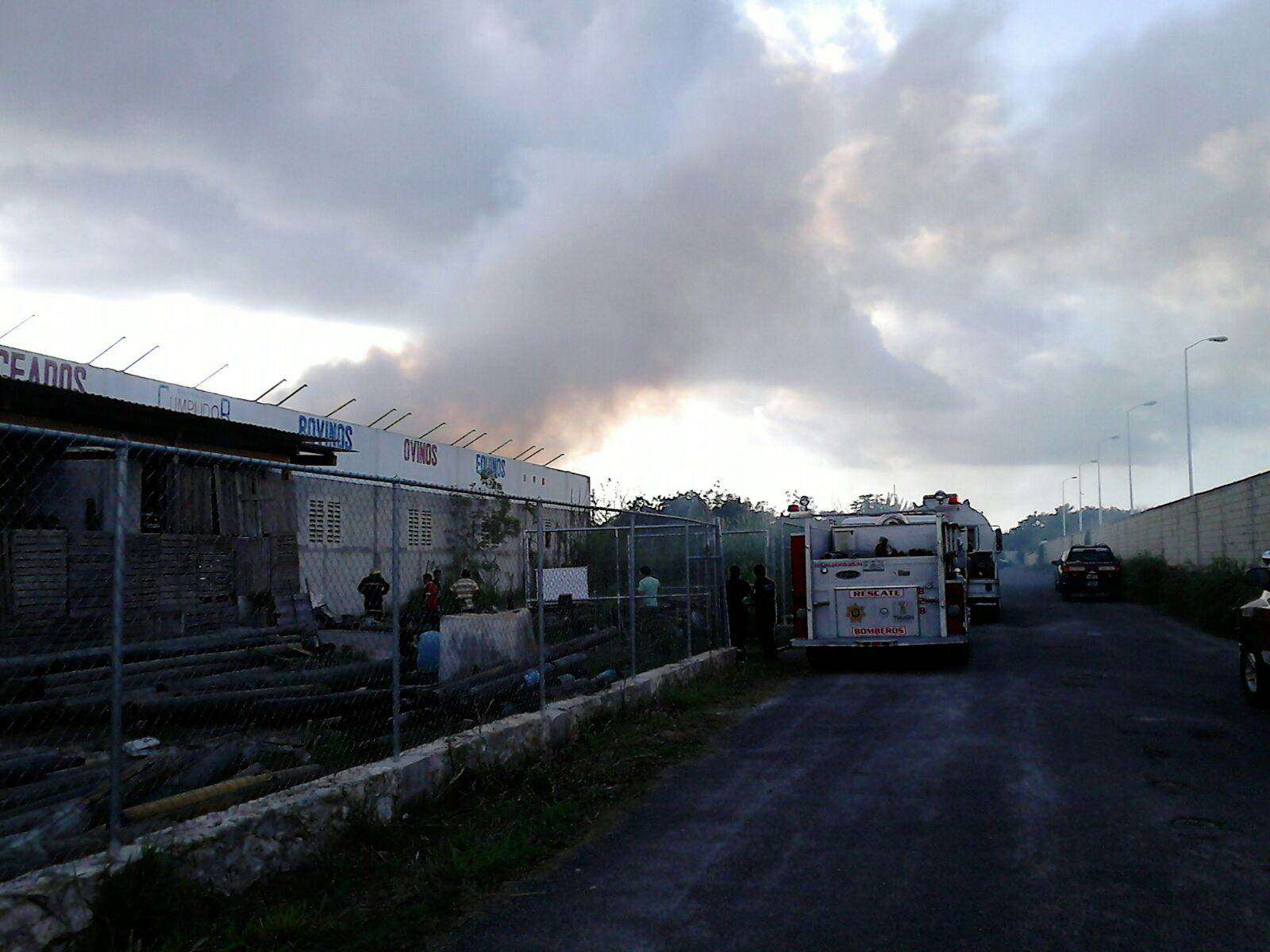 Arrasa incendio bodega en periférico al norte de Mérida