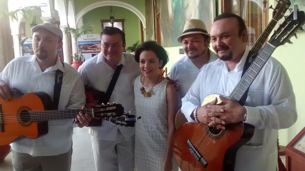 Sorpresiva y cautivadora presencia de Natalia Lafourcade en Yucatán
