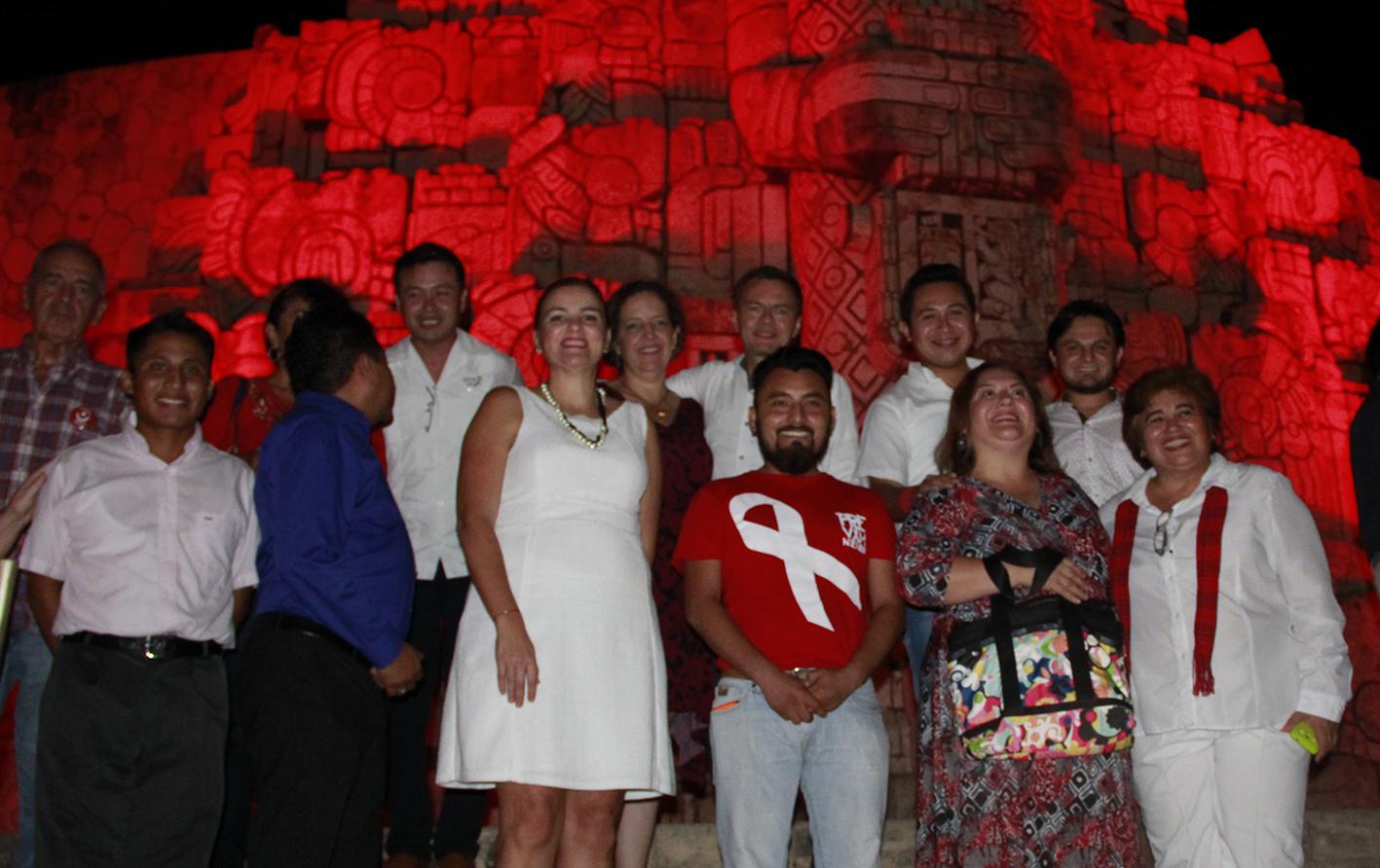 Iluminan Monumento a la Patria por lucha contra VIH/Sida