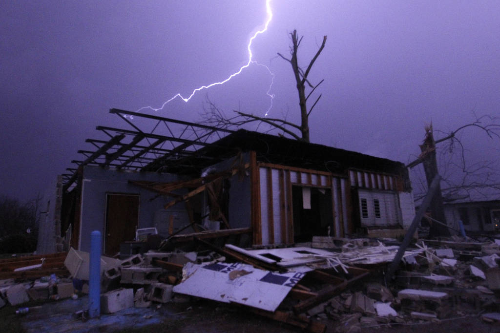 Suman 18 muertos por tormentas en EU
