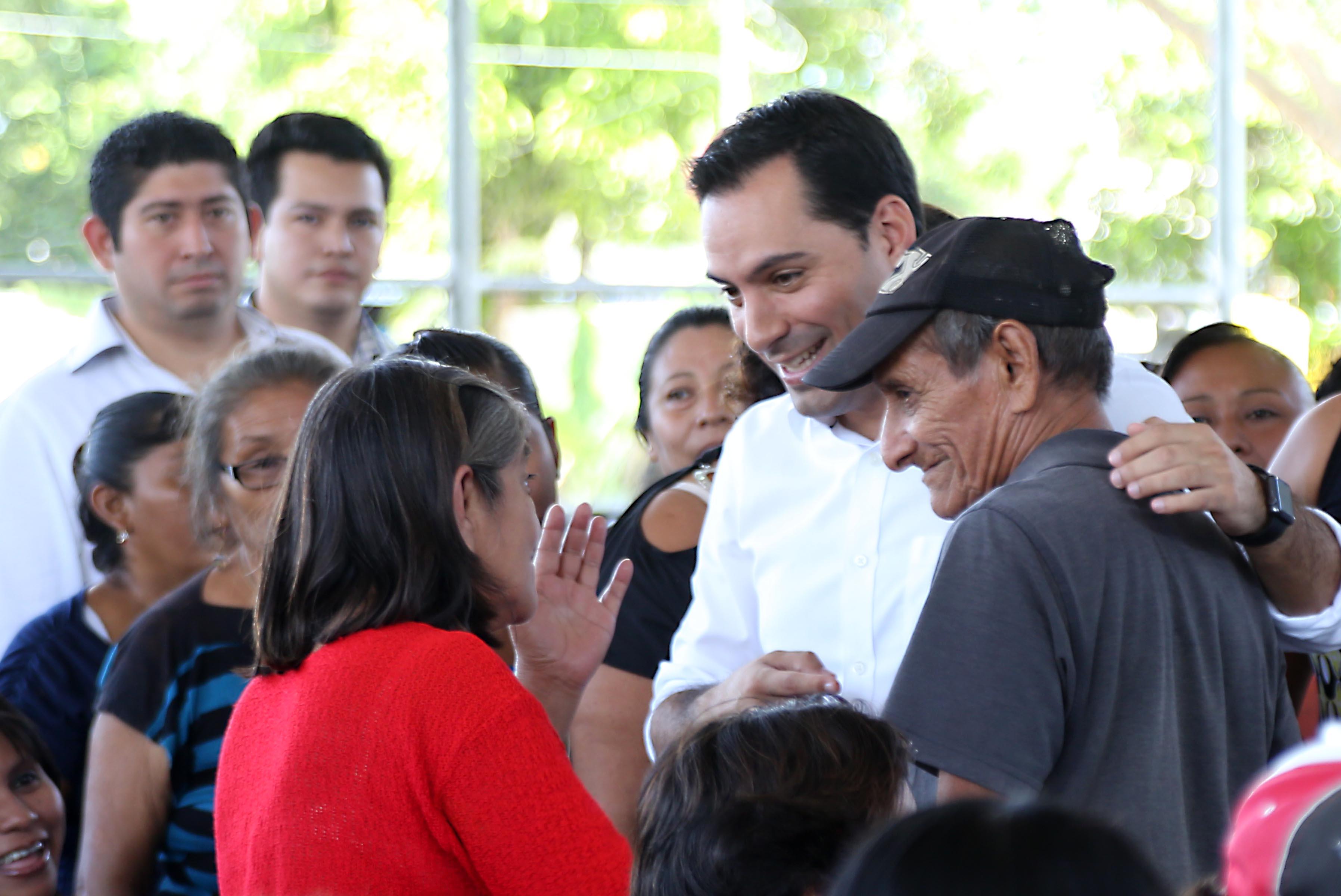 Entrega Vila apoyos de vivienda a 520 familias