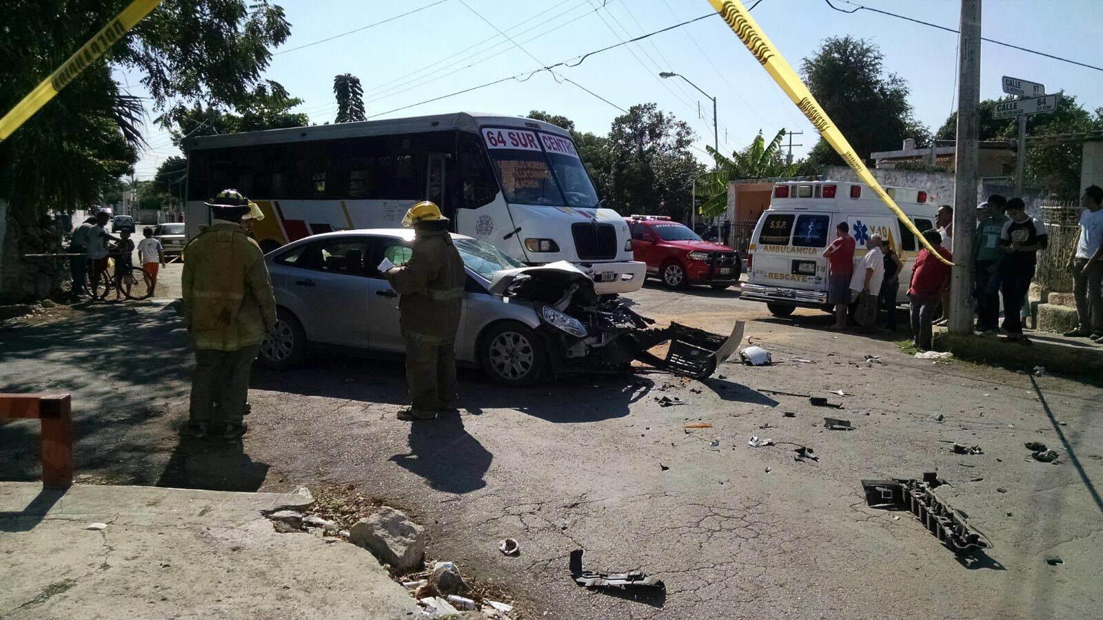 Choque en autobús y vehículo particular deja 6 lesionados
