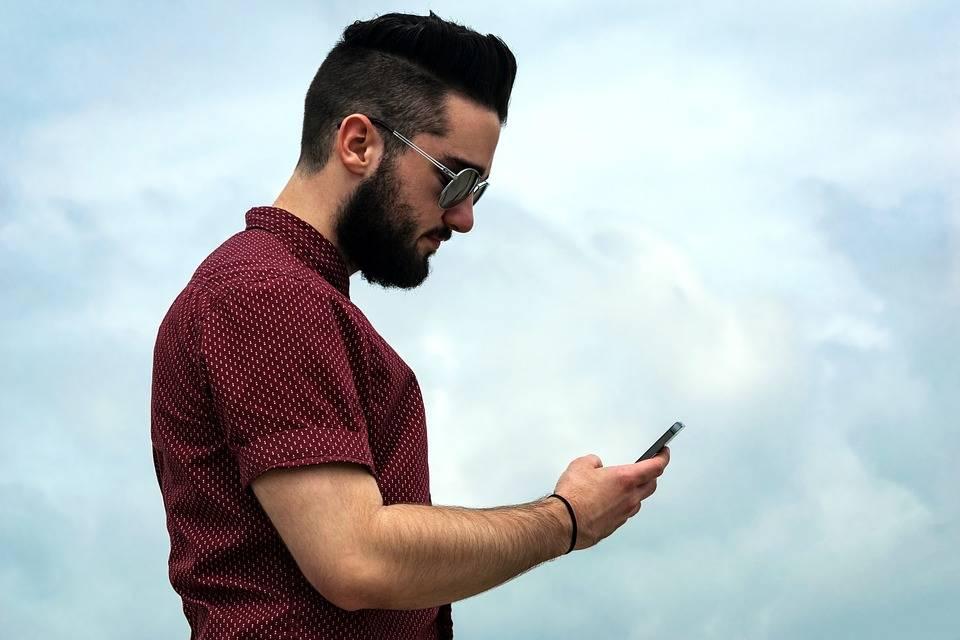 """""""Cuello de texto"""", mal de los adictos a la tecnología"""