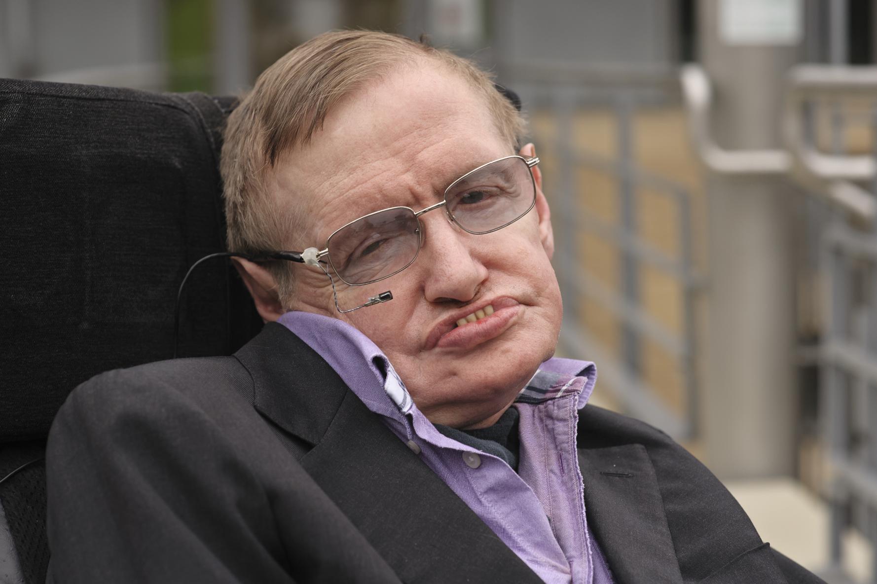 Las pertenencias de Stephen Hawking, incluyendo su silla y tesis, serán subastadas