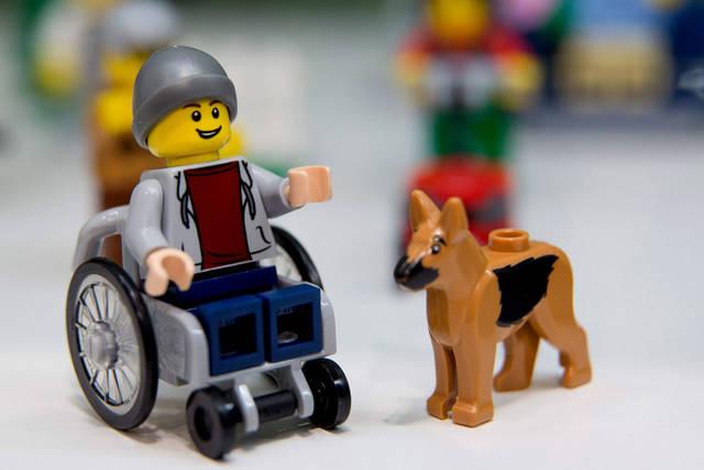 Lego presenta un personaje en silla de ruedas
