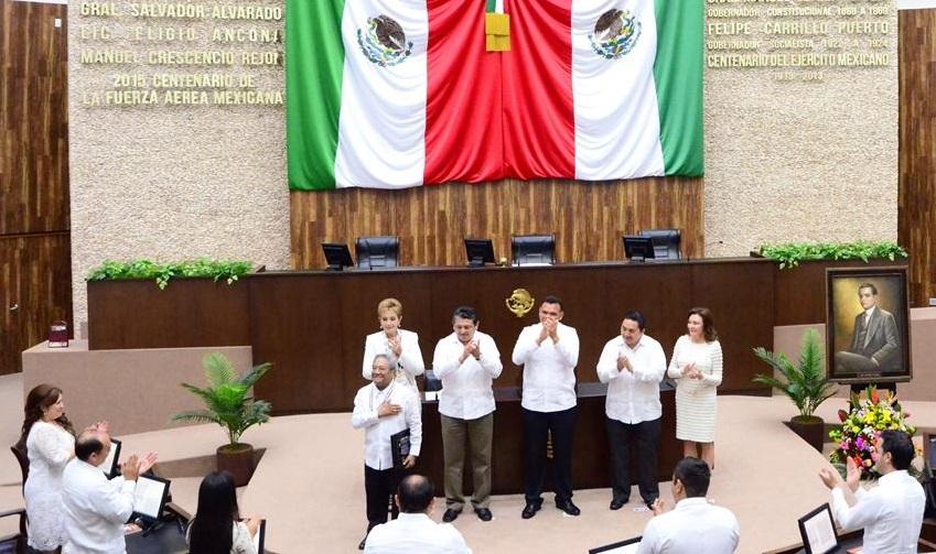 Recibe Armando Manzanero medalla del Congreso de Yucatán