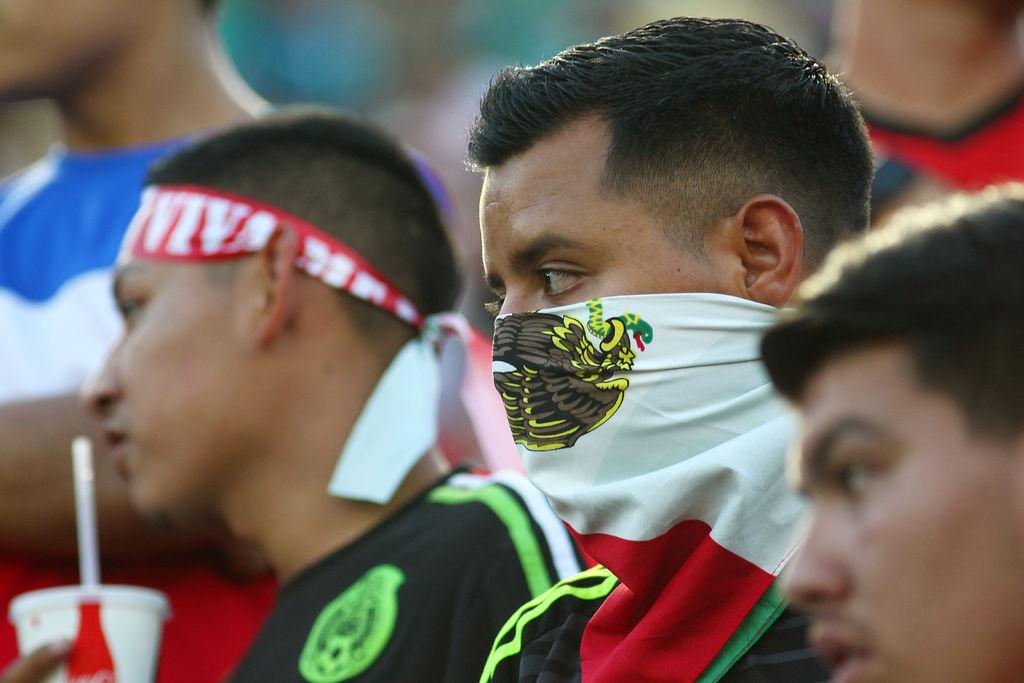 """FIFA multa a México por """"cánticos homofóbicos"""""""