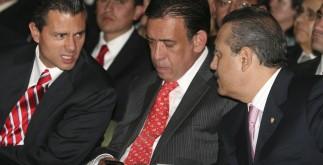 ZACATECAS, ZACATECAS, 09SEPTIEMBRE2011.- Enrique Peña Nieto, gobernador del Estado de México; Humberto Moreira, líder nacional del PRI; y Manlio Fabio Beltrones Rivera, presidente de la mesa directiva del Senado de la República, durante el primer informe del gobernador de Zacatecas en dia de ayer en el centro de convenciones de Zacatecas. FOTO: SAÚL LÓPEZ/CUARTOSCURO.COM