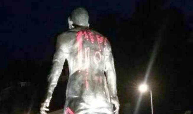 Pintan el 10 de Messi a estatua de Cristiano Ronaldo