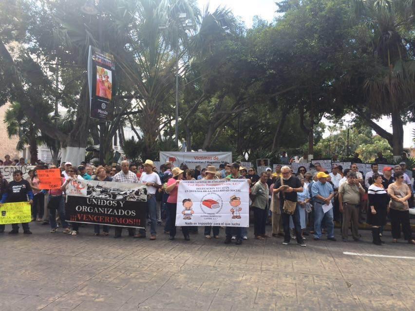 Protestan pensionados del Issste en Yucatán