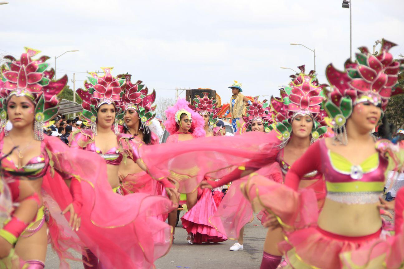Jornada de alegría en¨Batalla de Flores¨ en Plaza Carnaval