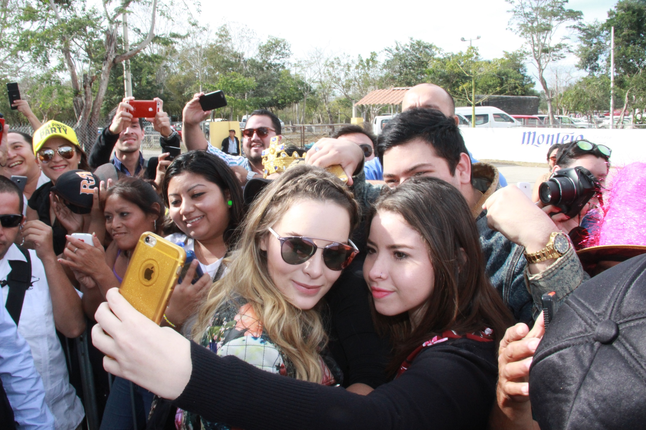 Belinda complace a fans con firma de autógrafos en Plaza Carnaval