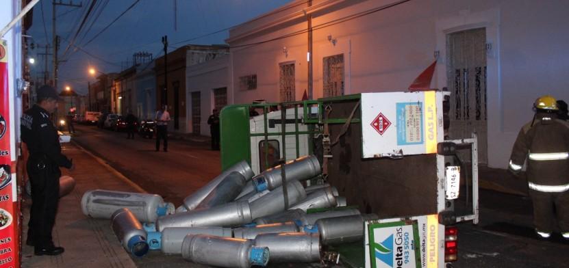 Embisten y vuelca cami n con 24 tanques de gas butano for Tanque de gas butano