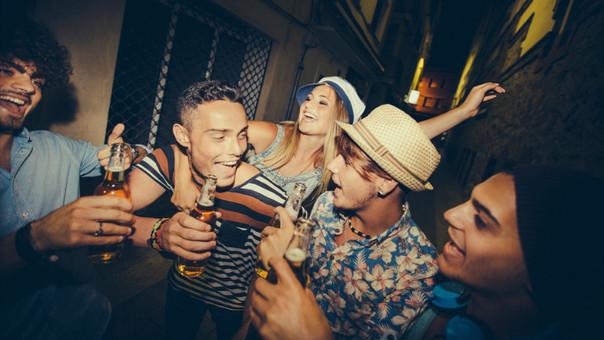 Jóvenes que beben alcohol cada fin de semana con mayor riesgo de hipertensión
