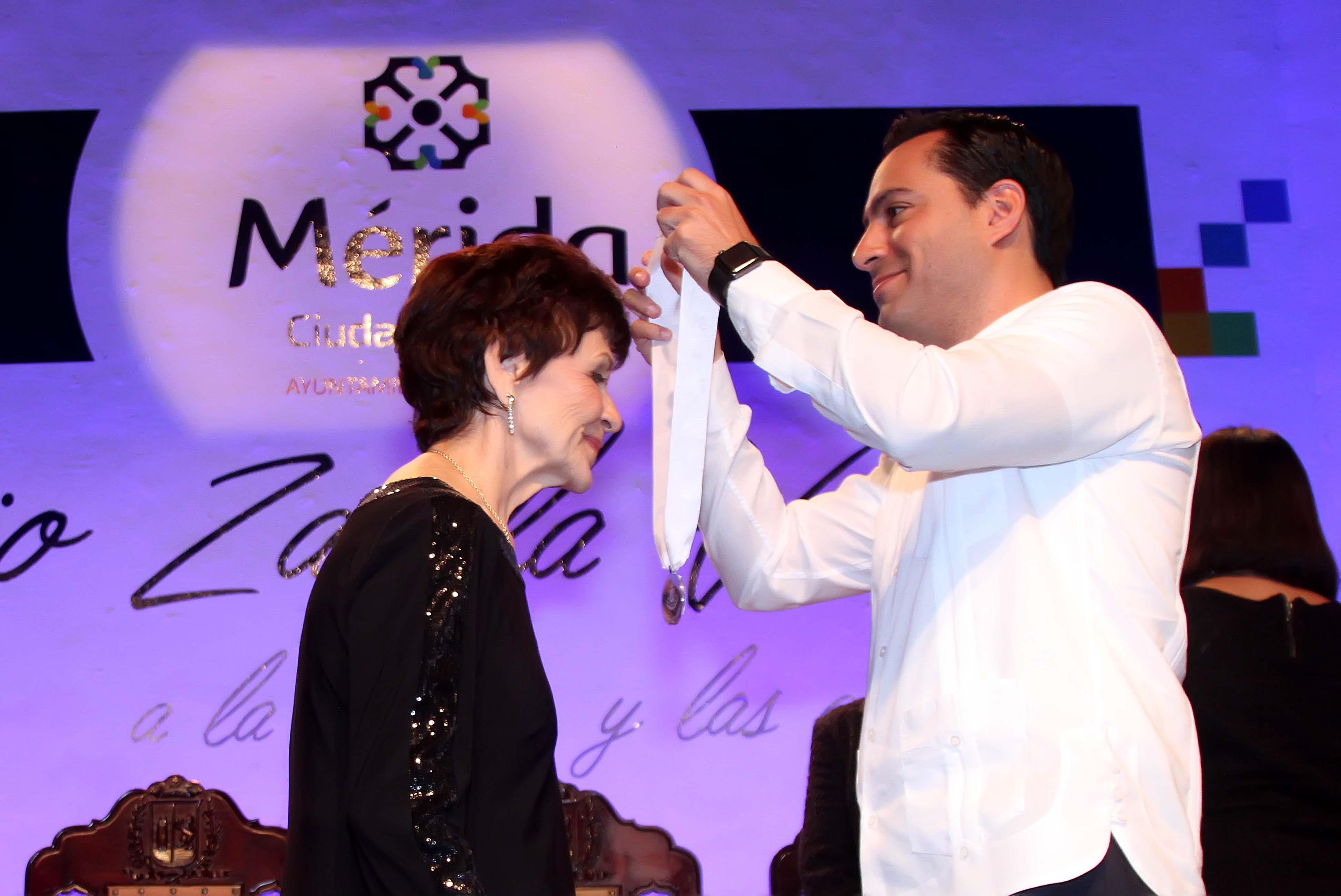 """Entregan medalla """"Silvio Zavala Vallado"""" a destacada bailarina"""