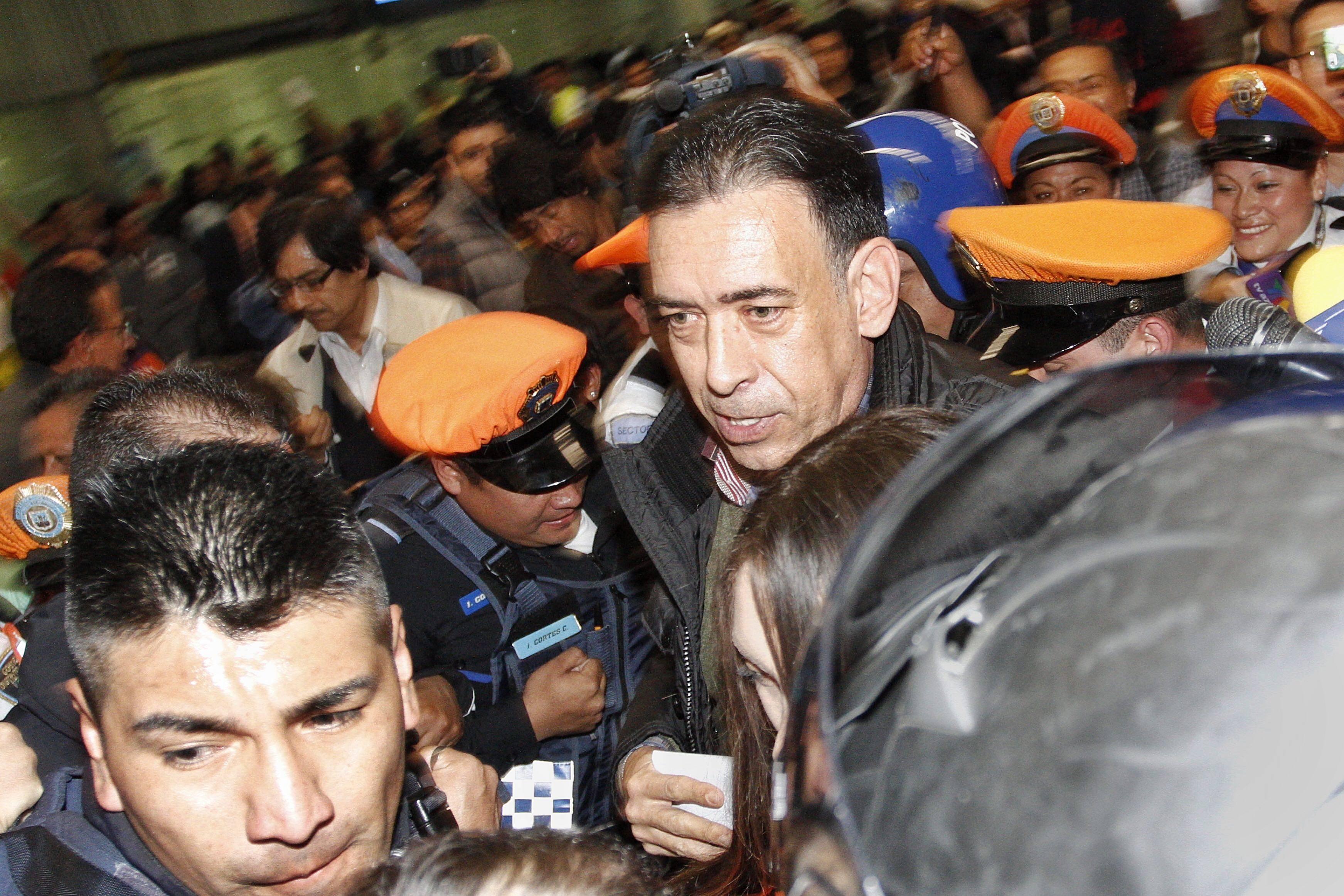 Llega Humberto Moreira al DF; niega delitos en España