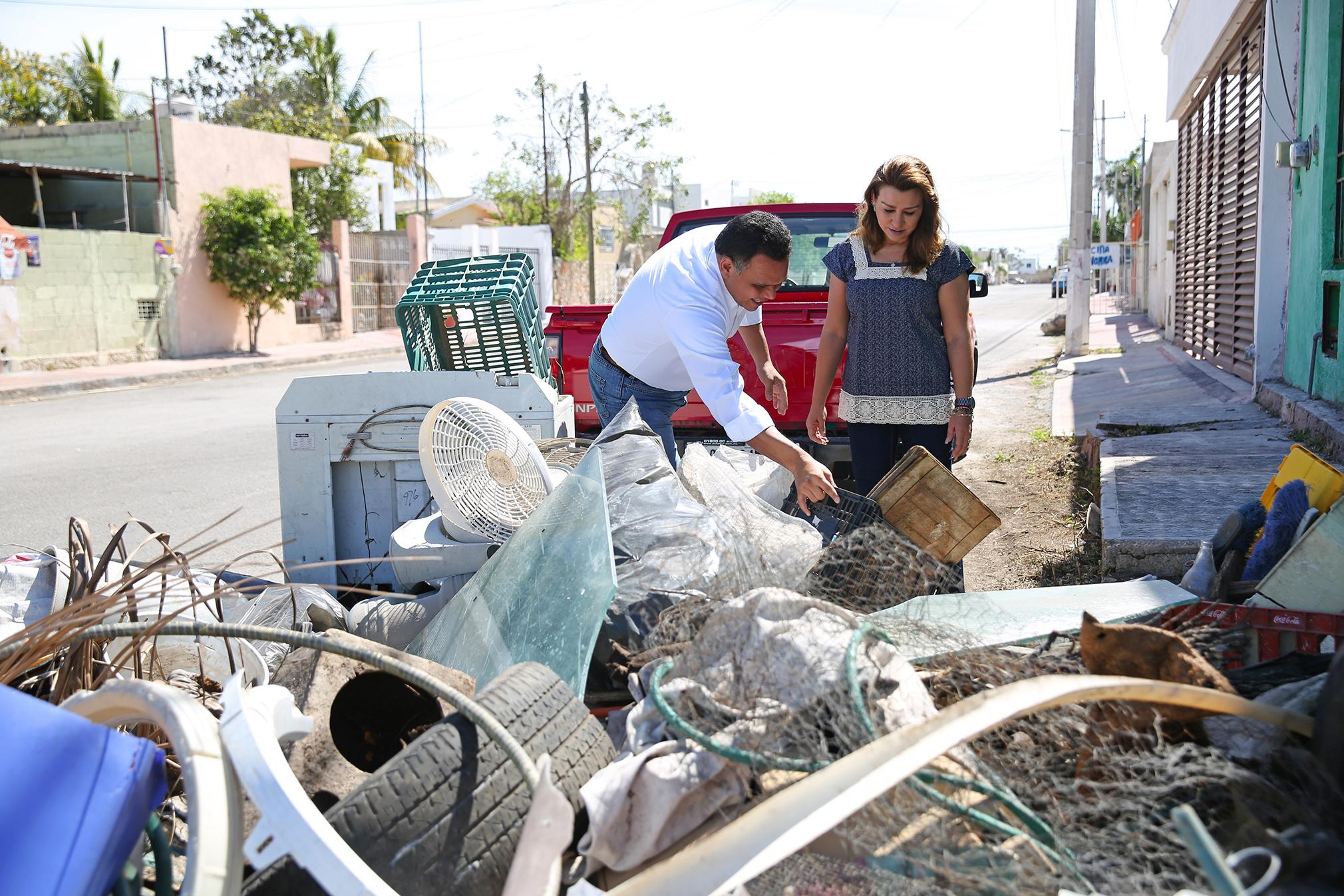 Rolando Zapata y familia se suman a jornada de descacharrización