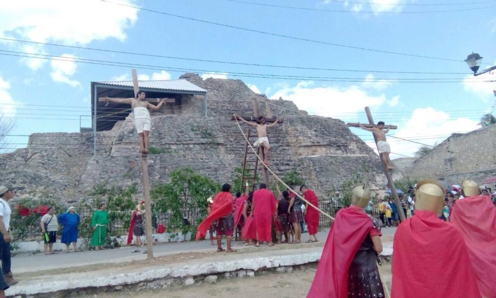 Sufrida representación del Viacrucis en Acanceh y Baca