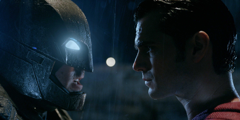 """Pese a críticas, """"Batman v Superman"""" logra sexto mejor estreno de la historia"""