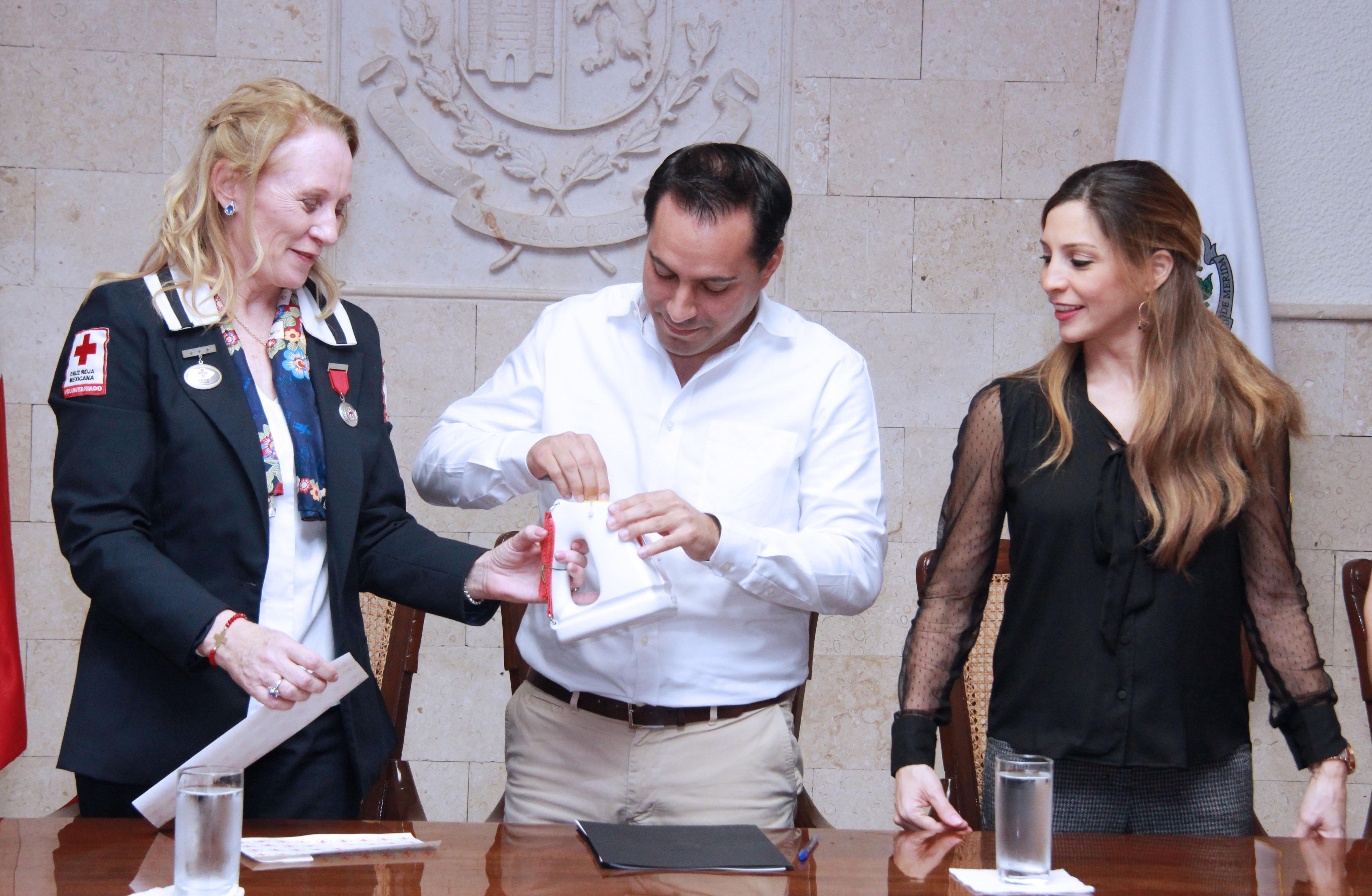 Vila y esposa realizan donativo a Cruz Roja