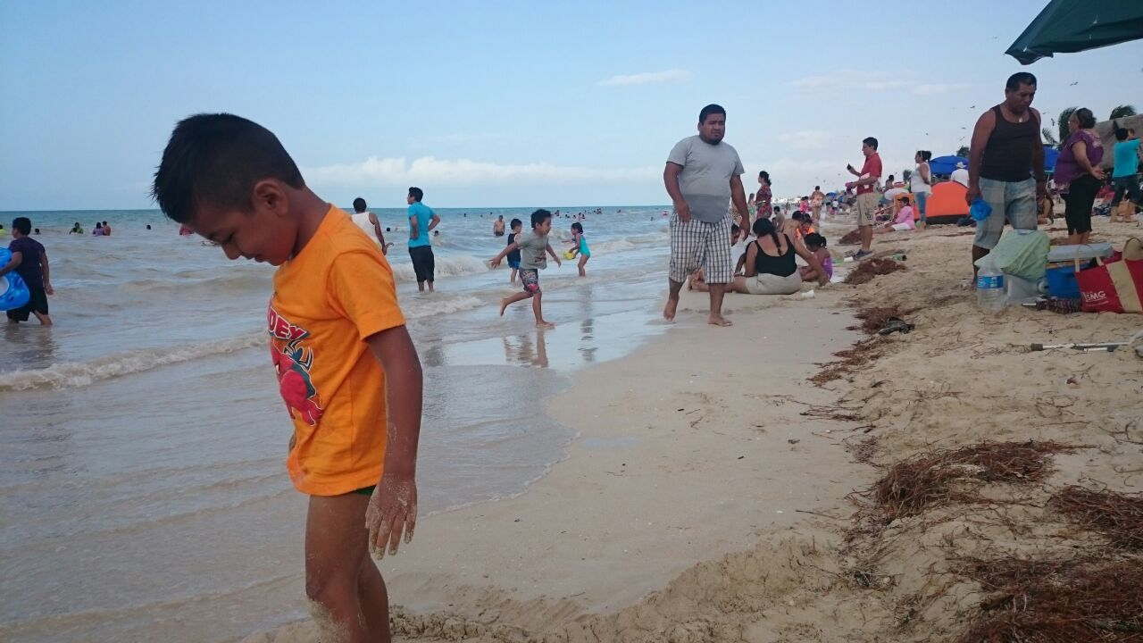 Agolpados paseantes en playas yucatecas