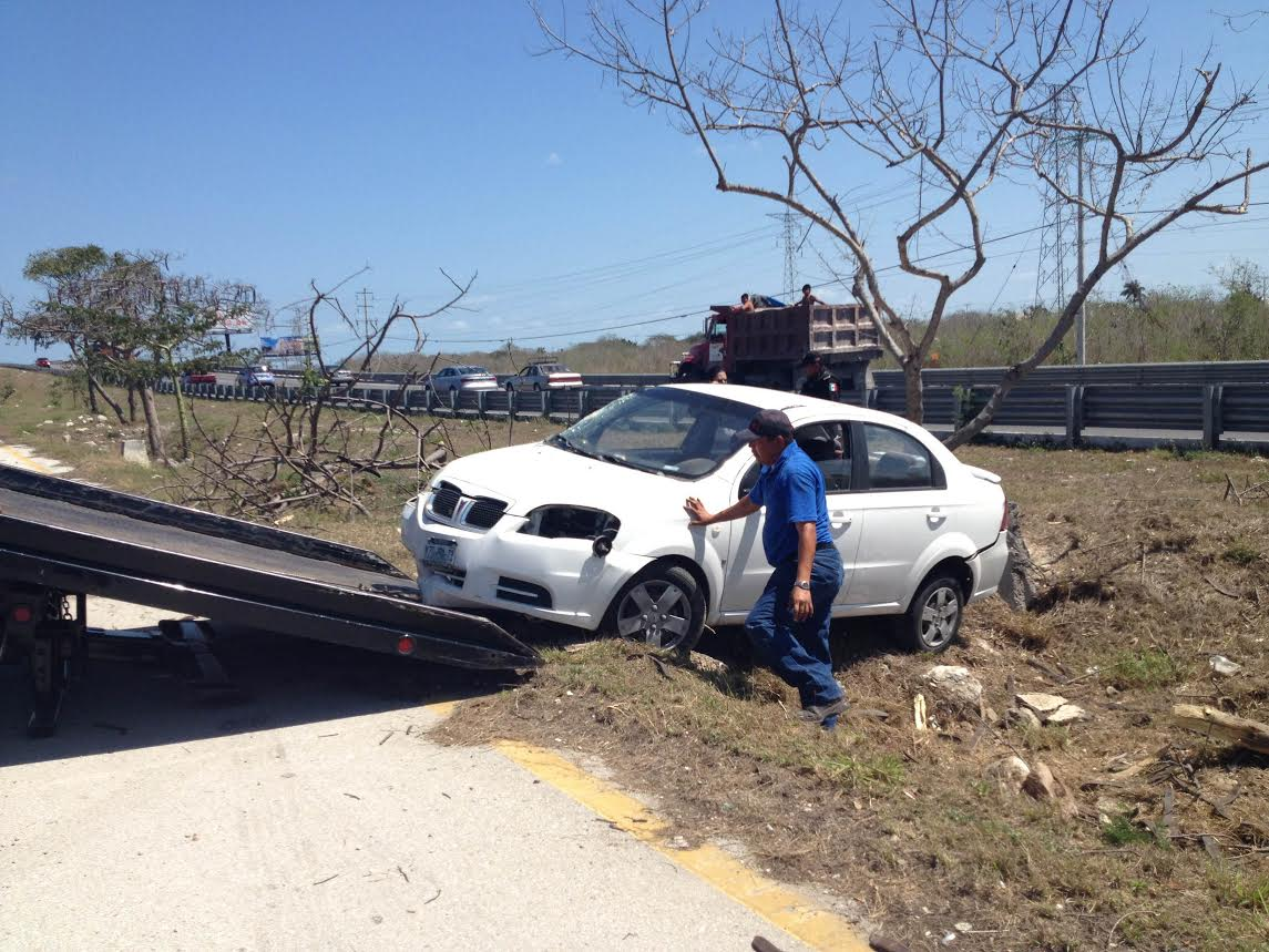 Conductora pierde el control en periférico de Mérida