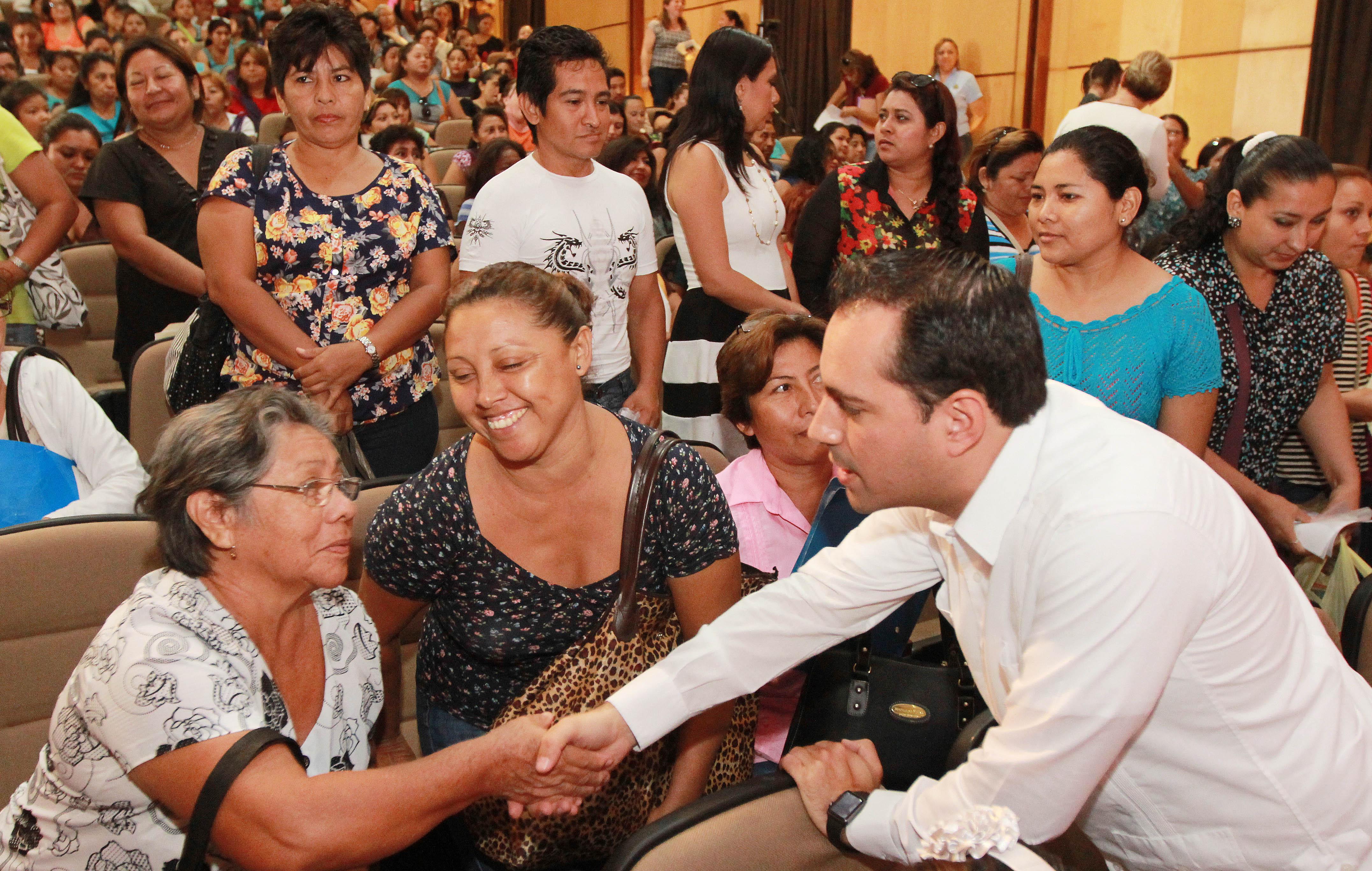 Mantiene Mérida becas escolares, pese a crisis.- Vila