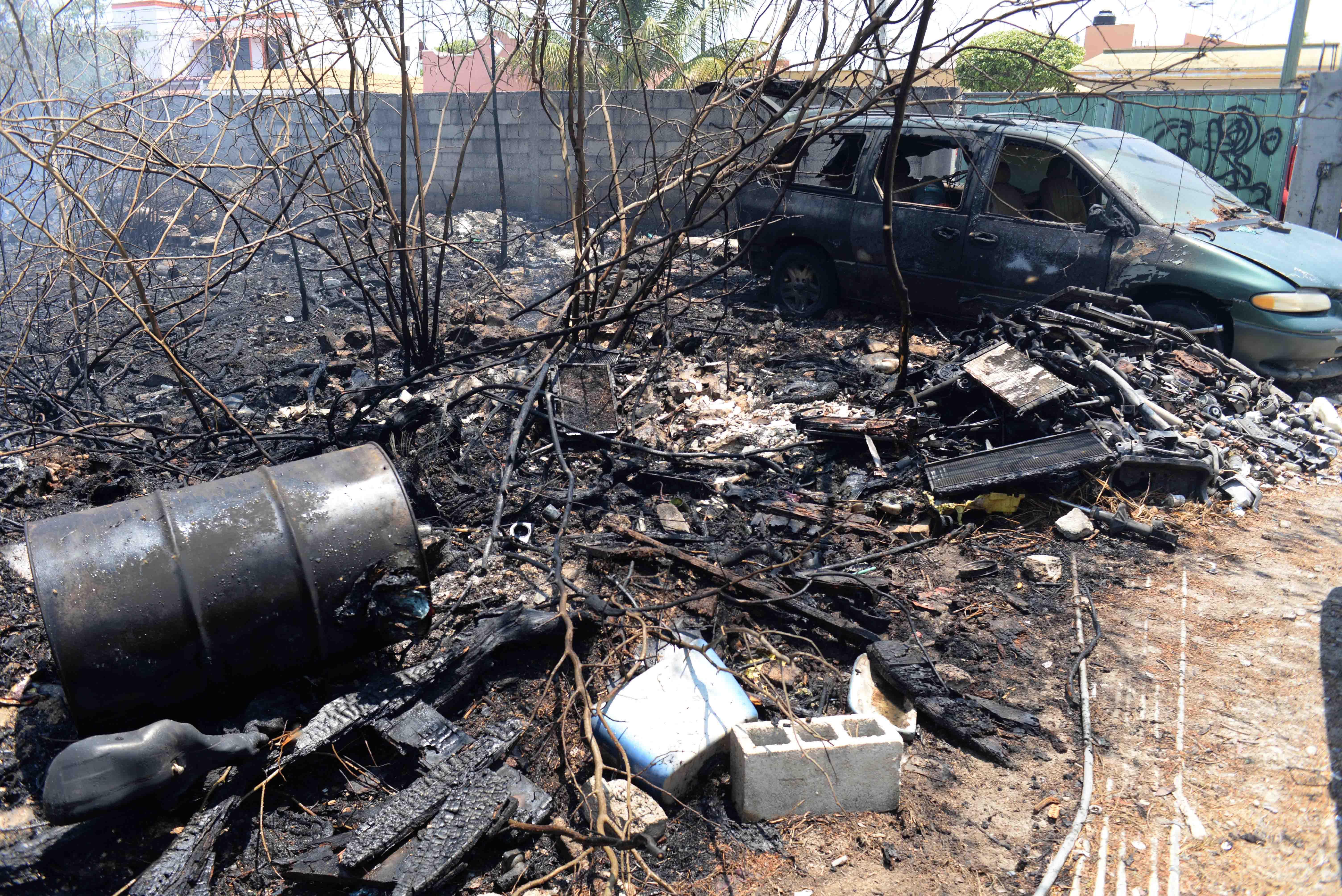 Incendio en terreno baldío consume dos automotores