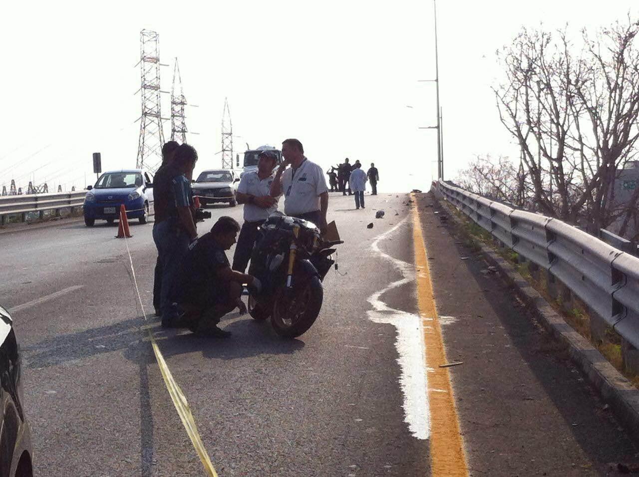 Motociclista fallece al caer de puente