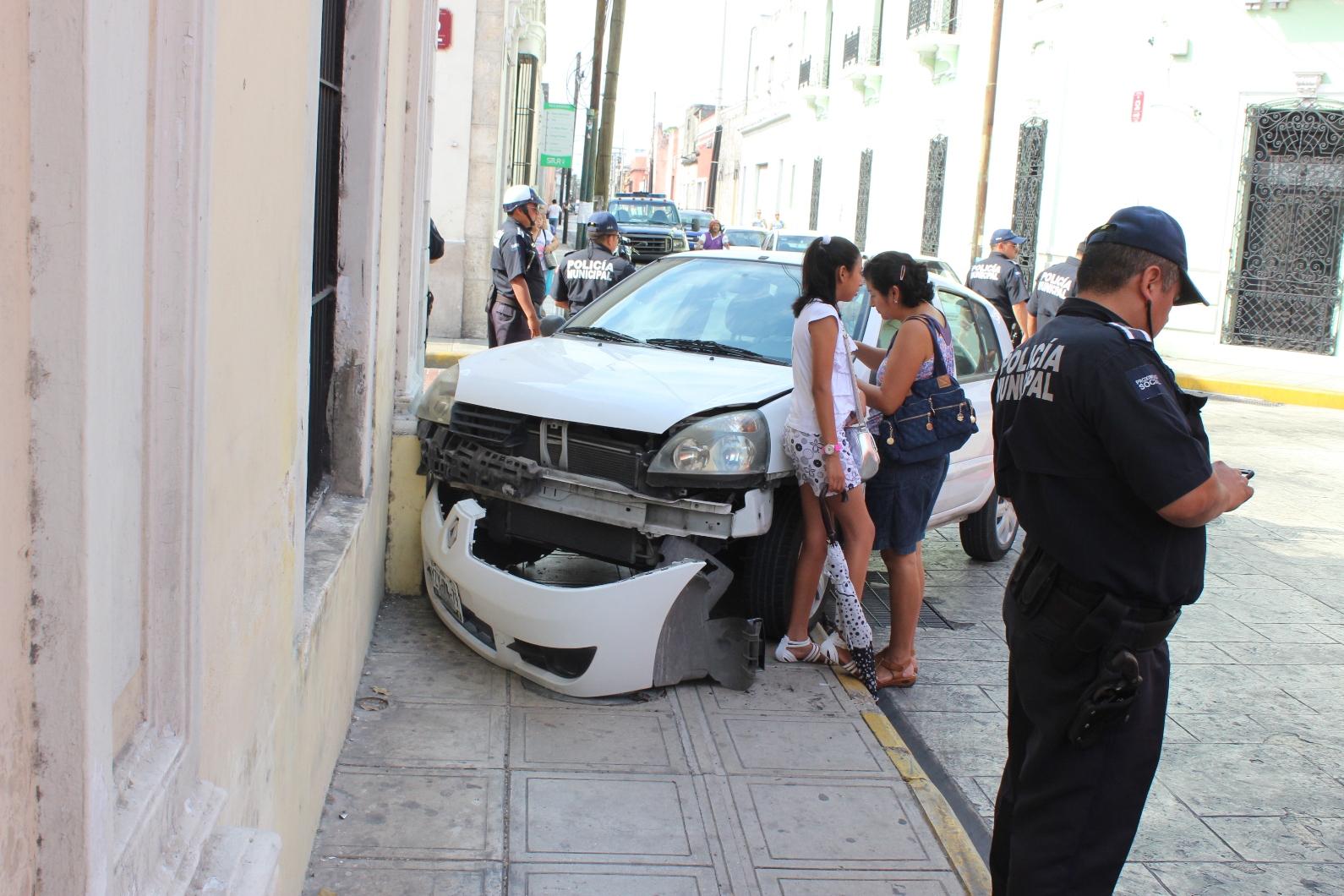 Choca patrulla de Mérida con auto particular