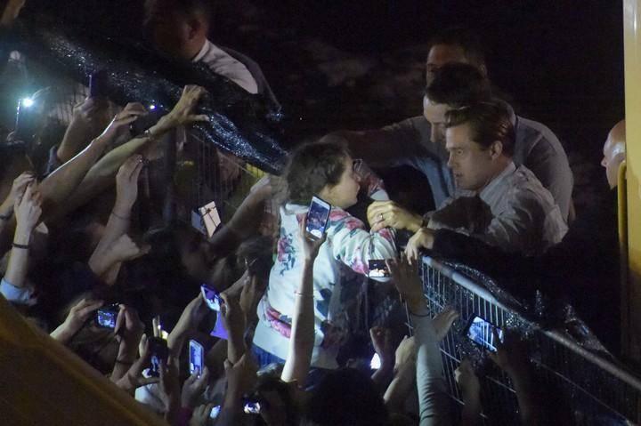 Brad Pitt salva a niña de morir aplastada por fans