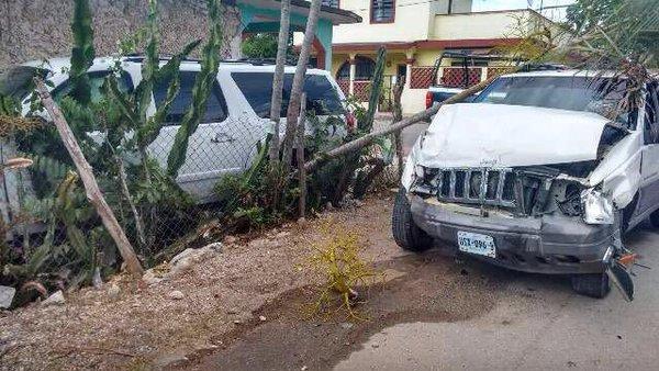 Embisten a vehículo de Calderón en QR