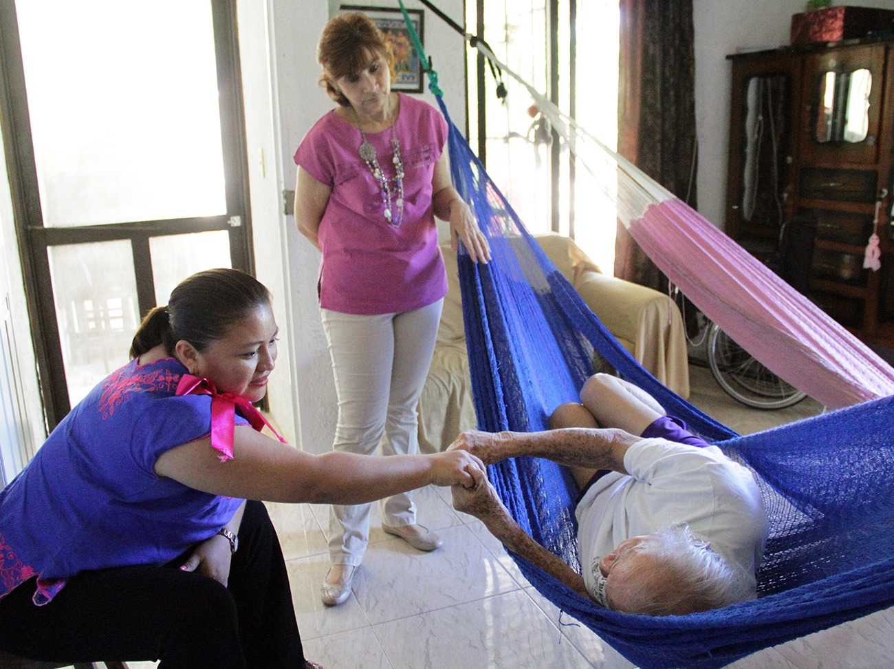 Nonagenarios de Mérida reciben ayuda de DIF Municipal