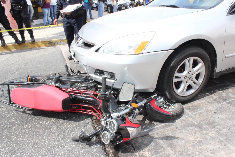 Por hacerle caso a un taxista, choca a motocicleta