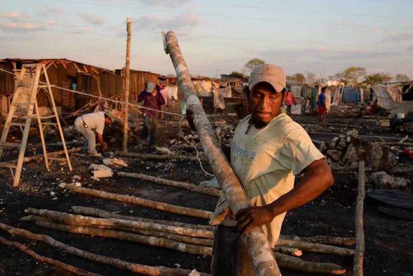 Afectados por incendio buscan reconstruir sus hogares