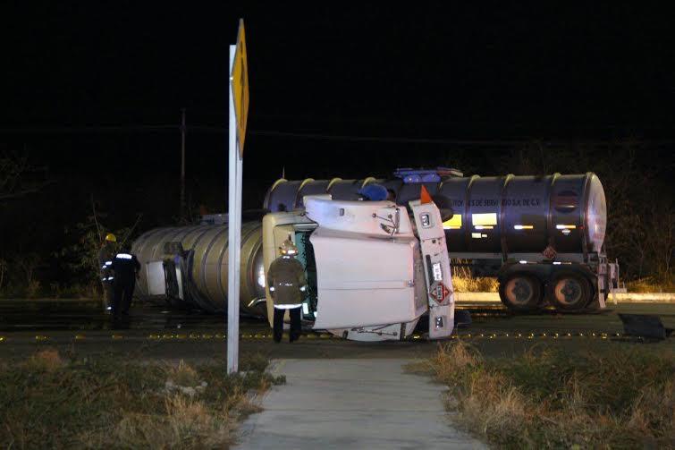 Volcadura de pipa cargada con diesel en la Mérida-Progreso
