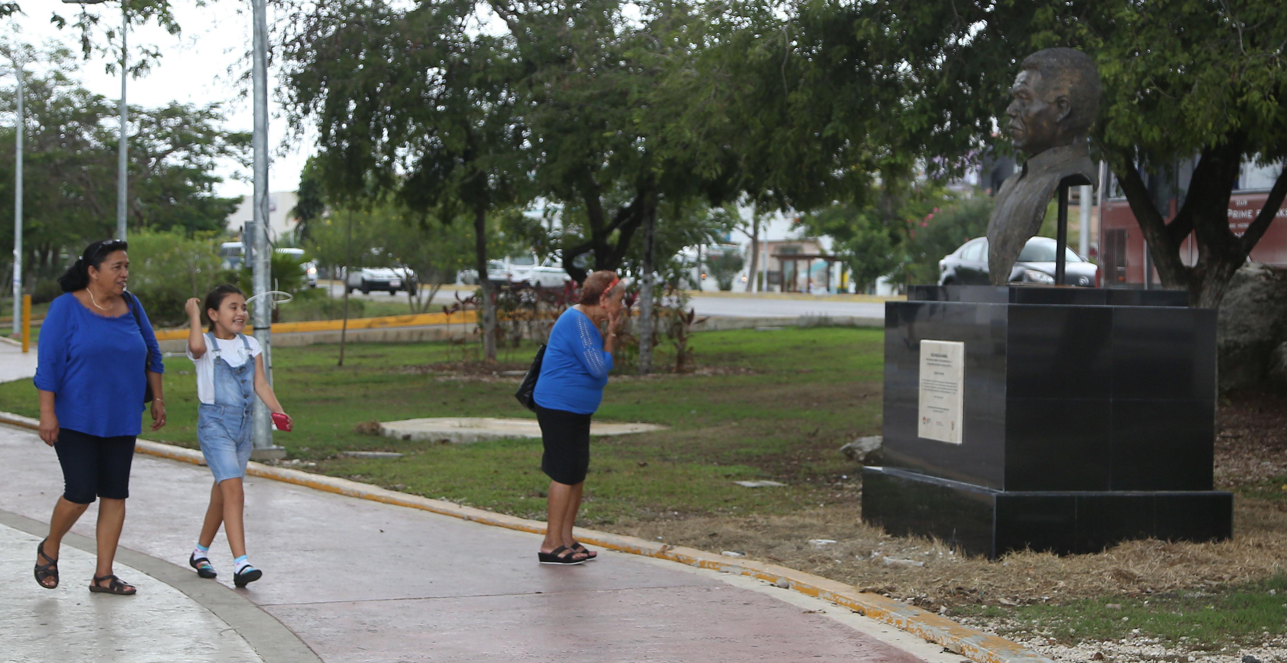 """Colocan busto de """"Chespirito""""en Cancún"""