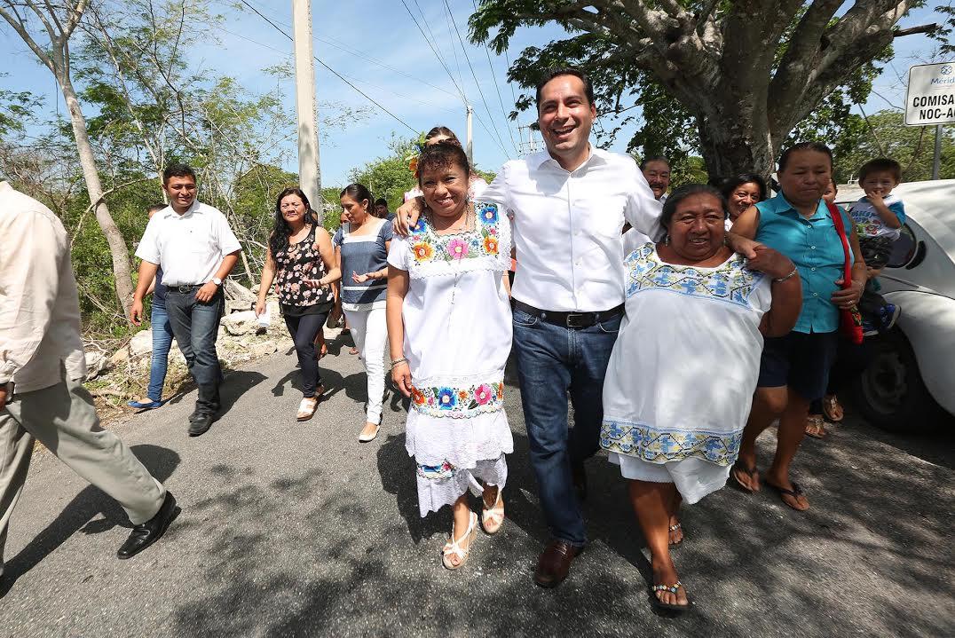 Entrega Vila apoyos en comisarías de Mérida
