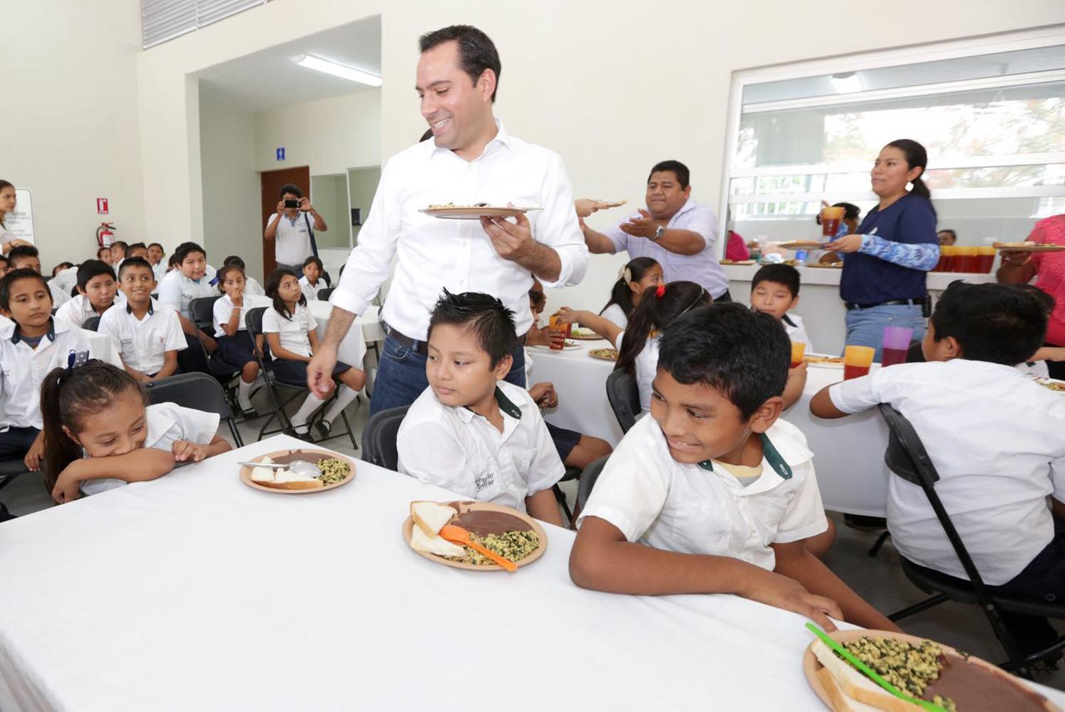 Entrega Vila comedor escolar en Texán Cámara