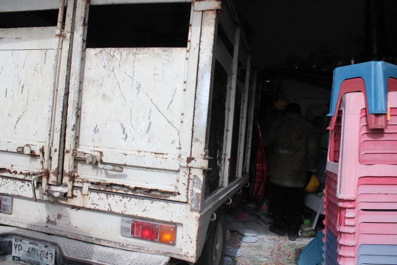 Fallan frenos de camioneta y se introduce en comercio de Mérida