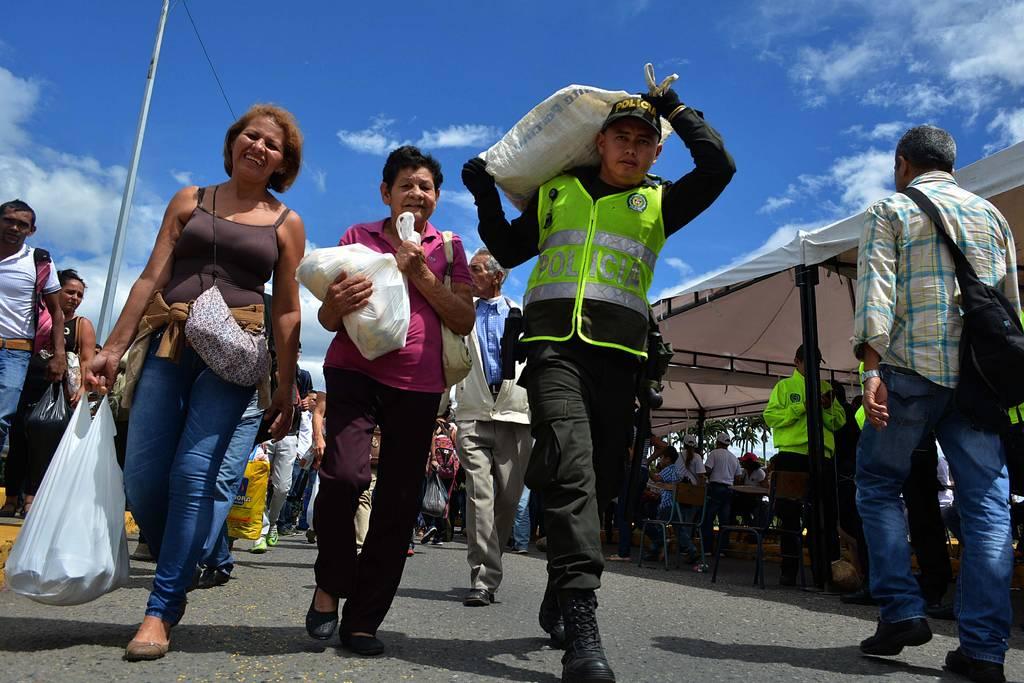 Miles cruzan frontera por víveres a Colombia