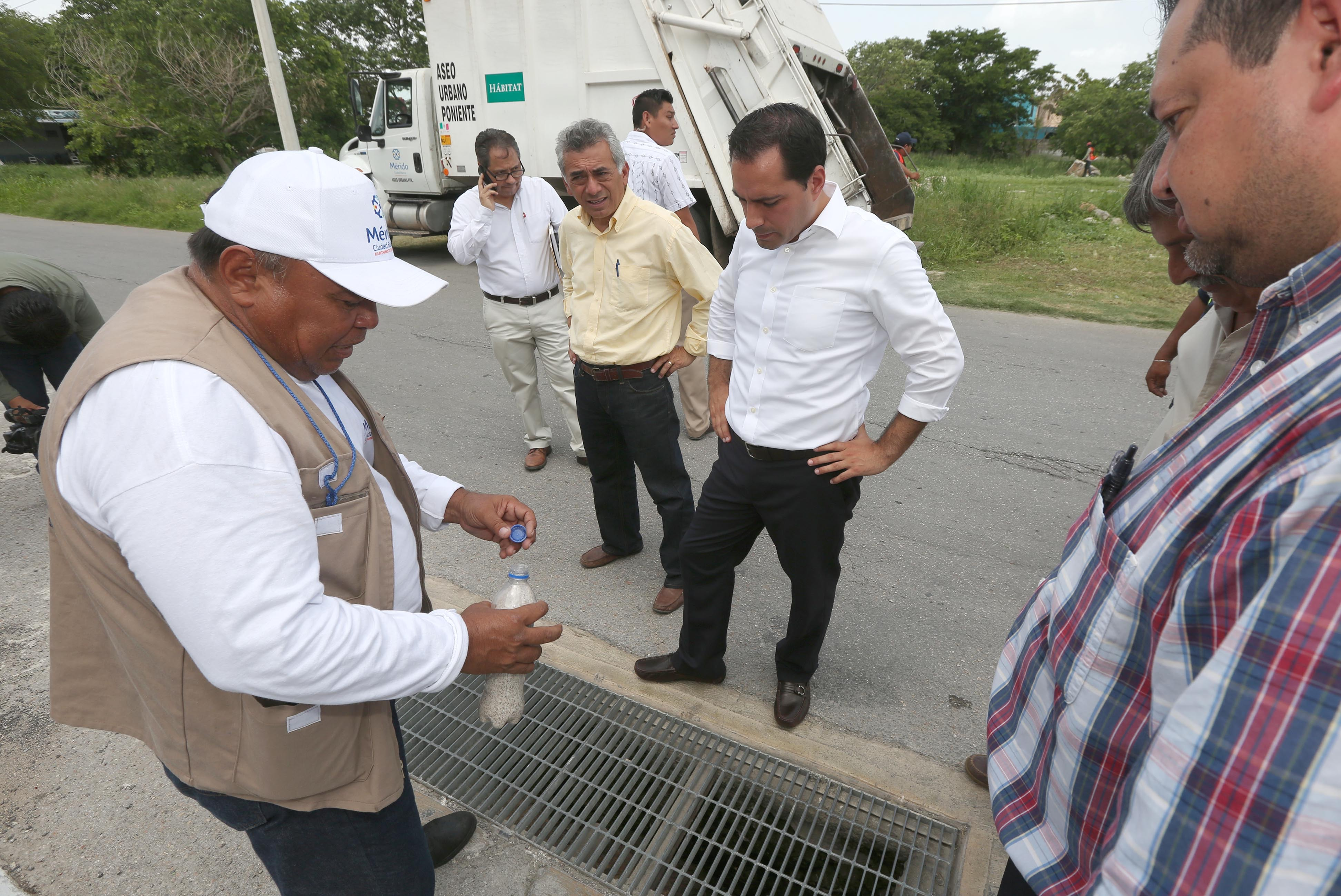 Supervisan abatización de rejillas en colonias de Mérida